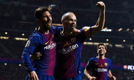 Messi comemora com Iniesta, do Barcelona