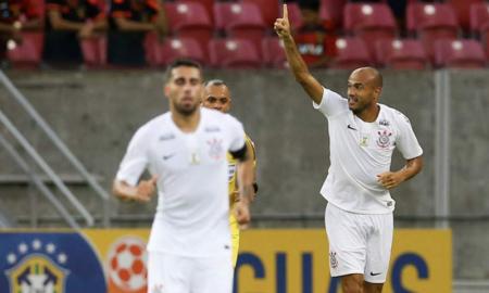 Roger comemora gol pelo Corinthians no Brasileirão 2018