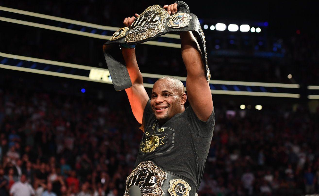 Daniel Cormier, que confirmou seu favoritismo nas apostas e foi campeão do UFC