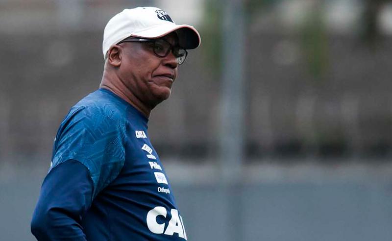 O técnico Serginho Chulapa à frente do Santos no Brasileirão