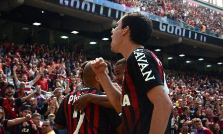 Jogadores do Atlético-PR comemoram