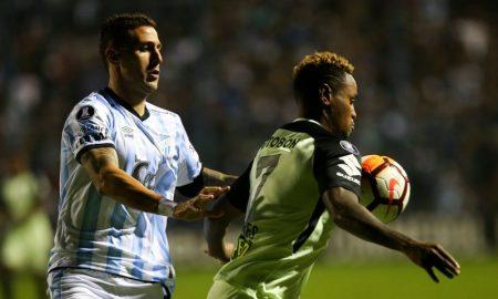 Gustavo Torres do Atletico Nacional disputa a bola com Bruno Bianchi Atletico Tucumán