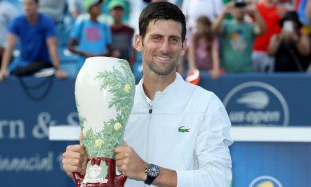 Novak Djokovic posa com o troféu após vencer o Masters 1000 de Cincinnati
