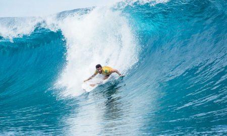 O surfista Filipe Toledo em uma onda