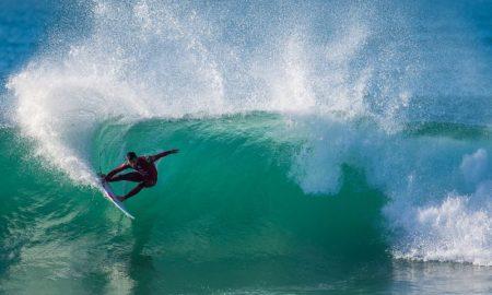 O surfista Filipe Toledo em J-Bay