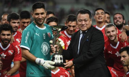 Independiente recebendo o troféu da Copa Banco Suruga