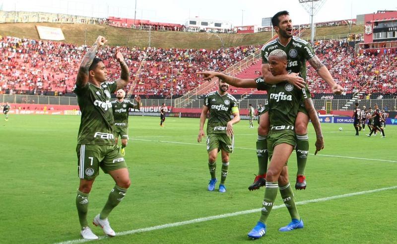 Deyverson e outros jogadores do Palmeiras comemoram gol