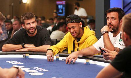 Neymar e Gerard Pique jogando poker em um cassino em Barcelona, Espanha.