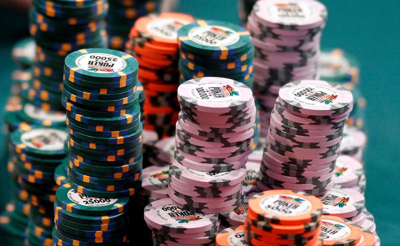 Fichas sobre mesa de poker