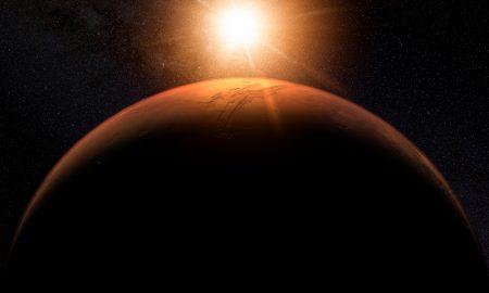 Os raios do sol incidem na atmosfera do planeta Marte, formando um círculo de luz. Imagem digital por Kevin Gill.