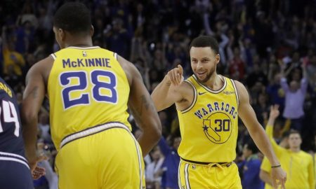 Stephen Curry e Alfonzo McKinnie dos Golden State Warriors