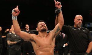 Rafael dos Anjos comemora vitória no UFC Rochester