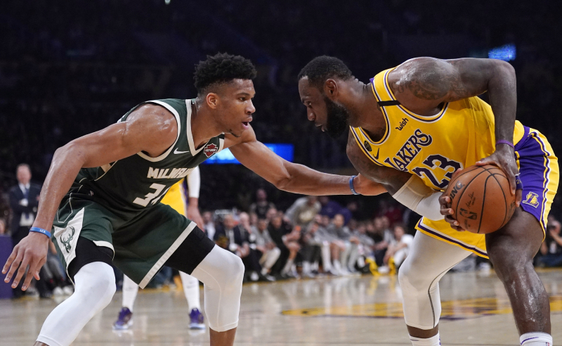 Giannis Antetokounmpo e LeBron James NBA Bucks Lakers