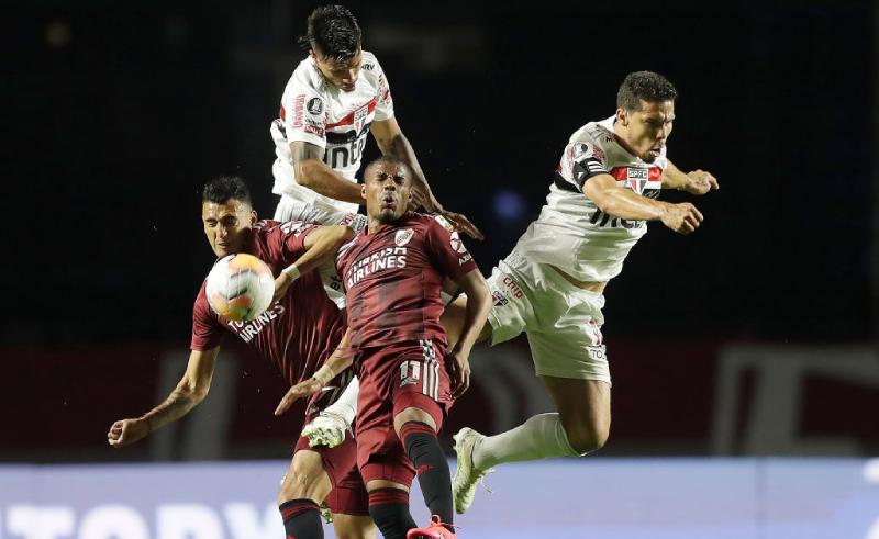 Matias Suarez e Nicolas De La Cruz do River Plate Hernanes do São Paulo