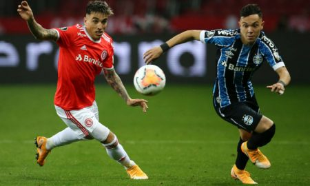 Renzo Saravia do Internacional e Pepe do Grêmio