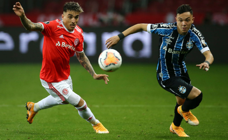 Renzo Saravia do Internacional e Pepe do Grêmio