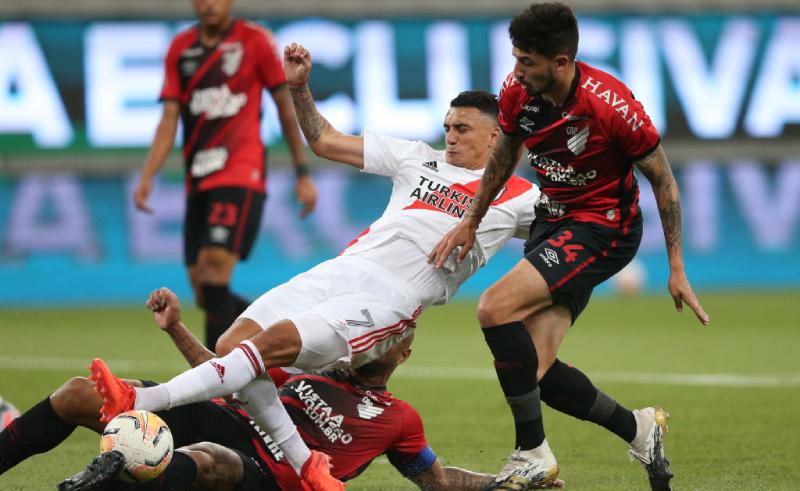 Matías Suarez do River Plate e Pedro Henrique do Athletico-PR