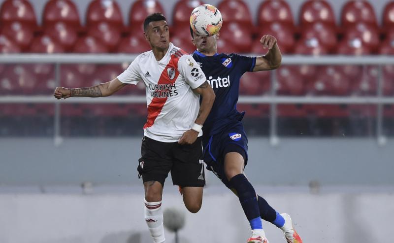 Matias Suarez do River Plate e Agustin Oliveros do Nacional-URU