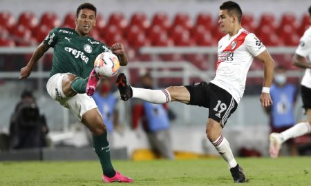 Marcos Rocha do Palmeiras e Rafael Santos Borre do River Plate