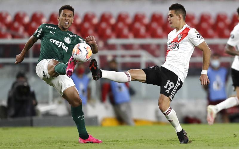 Marcos Rocha do Palmeiras e Rafael Santos Borre do River Plate