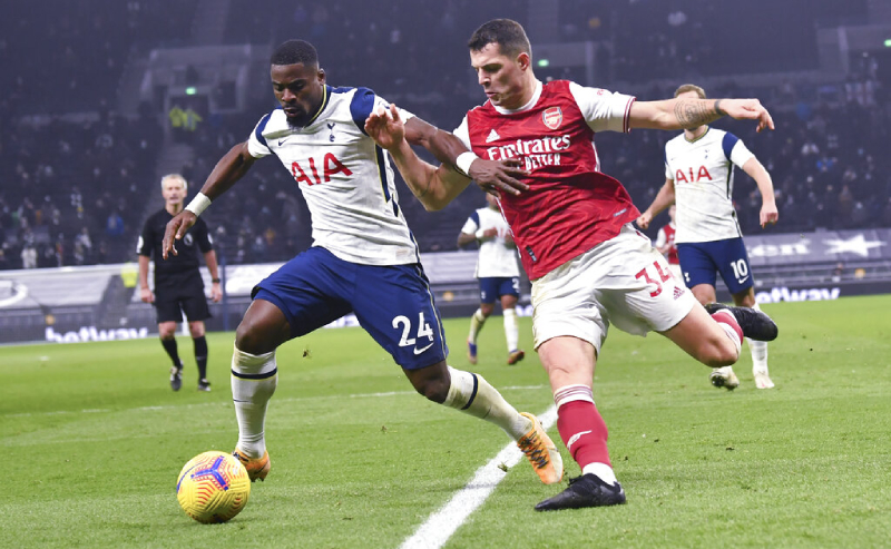 Serge Aurier do Tottenham e Granit Xhaka do Arsenal