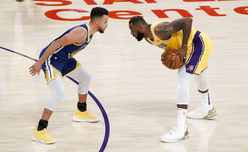 Stephen Curry do Golden State Warriors e LeBron James do Los Angeles Lakers