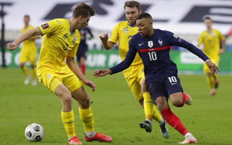 Kylian Mbappe da França e Ilya Zabarnyi da Ucrânia