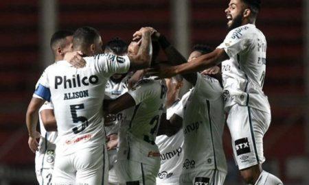 Jogadores do Santos comemoram um dos gols da equipe em partida da Copa Libertadores 2021