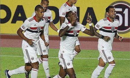 Arboleda, zagueiro do São Paulo, comemora gol pela equipe no Paulistão 2021