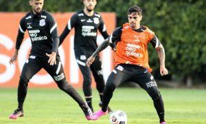 Fagner durante treino do Corinthians