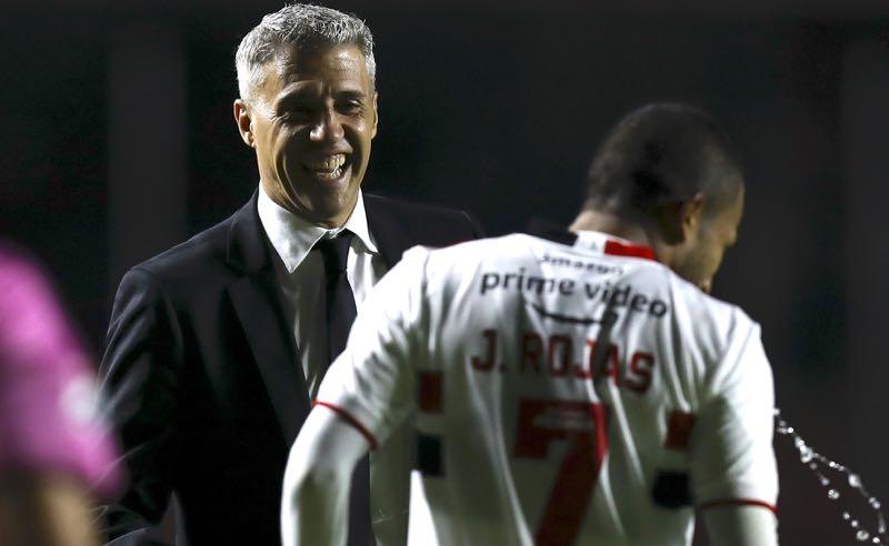 O técnico Crespo e o atacante Rojas, do São Paulo