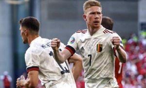 O meia Kevin de Bruyne comemora gol da Bélgica na partida contra a Dinamarca pela Eurocopa 2021