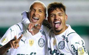 Deyverson e Gabriel Menino comemoram gol do Palmeiras sobre o Juventude no Brasileirão 2021
