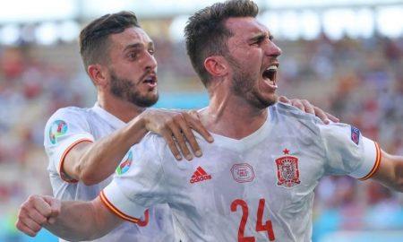 Koke e Laporte comemoram gol da Espanha sobre a Eslováquia na Eurocopa 2021