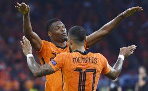 Dumfries e Memphis Depay comemoram gol da Holanda contra a Áustria na fase de grupos da Eurocopa 2021