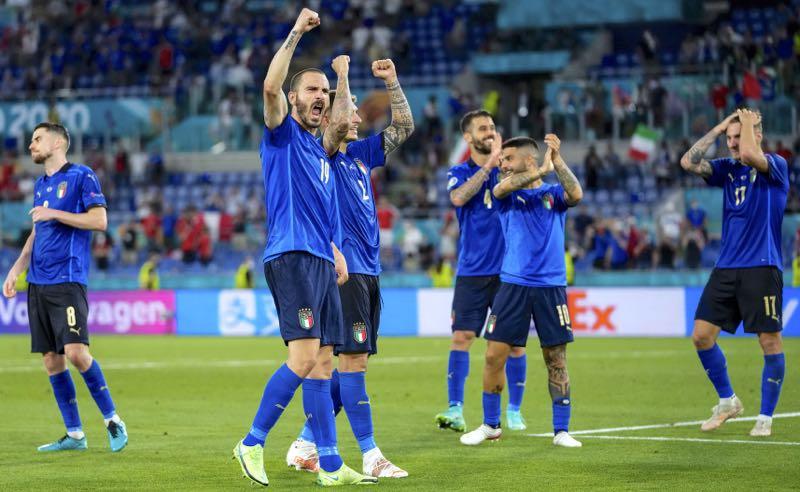 Jogadores da seleção da Itália comemoram a vitória sobre a Suíça na Eurocopa 2021