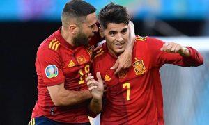 Jordi Alba e Morata, da Espanha, comemoram gol da Fúria na Eurocopa 2021