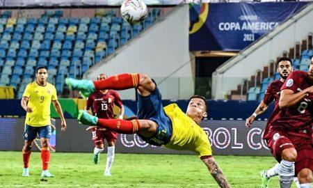 O meia Uribe, da seleção da Colômbia, tenta uma finalização na partida contra a Venezuela pela Copa América 2021