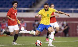 Matheus Cunha marca o gol do Brasil contra o Egito nas Olimpíadas de Tóquio