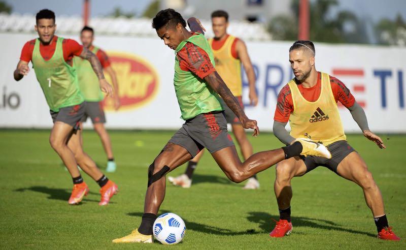 Bruno Henrique e Diego no treino do Flamengo para a estreia na Copa do Brasil 2021