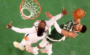 Giannis Antetokounmpo, do Milwaukee Bucks, e Jae Crowder, do Phoenix Suns, nas finais da NBA 2021