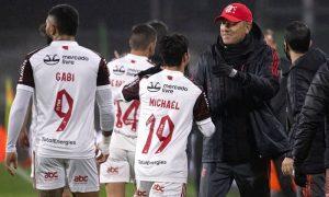 Os atacantes Gabigol e Michael comemoram com o técnico Renato Gaúcho na vitória do Flamengo na Libertadores 2021