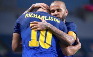 Richarlison e Daniel Alves comemoram vitória do Brasil sobre a Arábia Saudita nas Olimpíadas de Tóquio