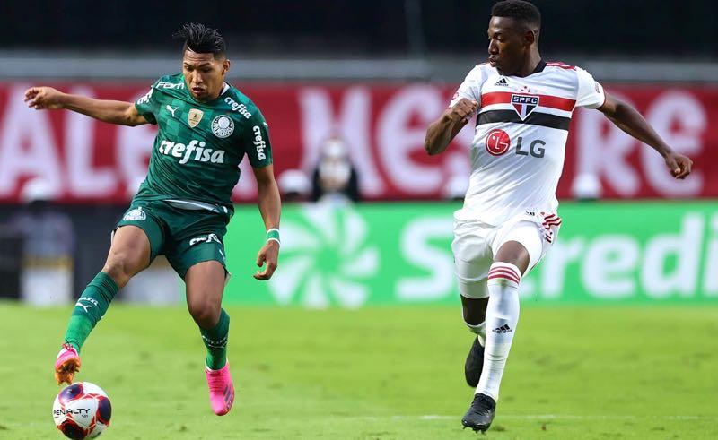 Rony e Léo disputam lance em São Paulo x Palmeiras, final do Paulistão 2021, no Morumbi