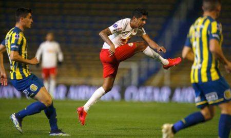 Aderlan, do Bragantino, no jogo contra o Rosario Central na Sul-Americana 2021