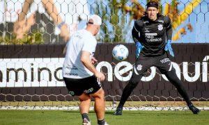 O goleiro Cássio, do Corinthians, treina para o jogo contra o Athletico-PR no Brasileirão 2021