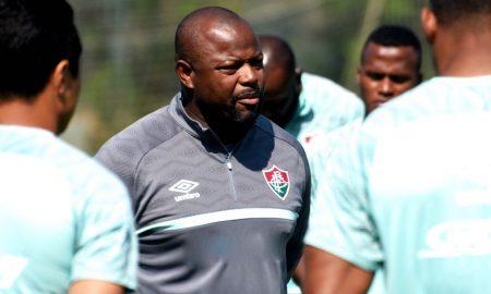 O técnico Marcão, do Fluminense, comanda treino para jogo do Brasileirão 2021