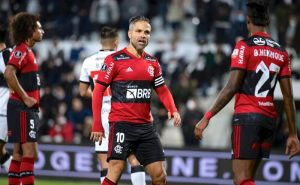 Diego e Bruno Henrique em Olimpia x Flamengo na Libertadores 2021
