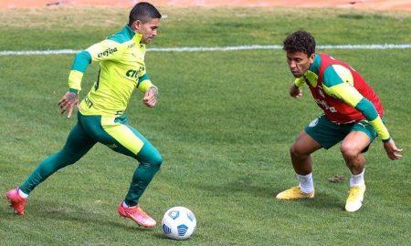 Dudu e Marcos Rocha em treino do Palmeiras antes do duelo com o Fortaleza no Brasileirão 2021