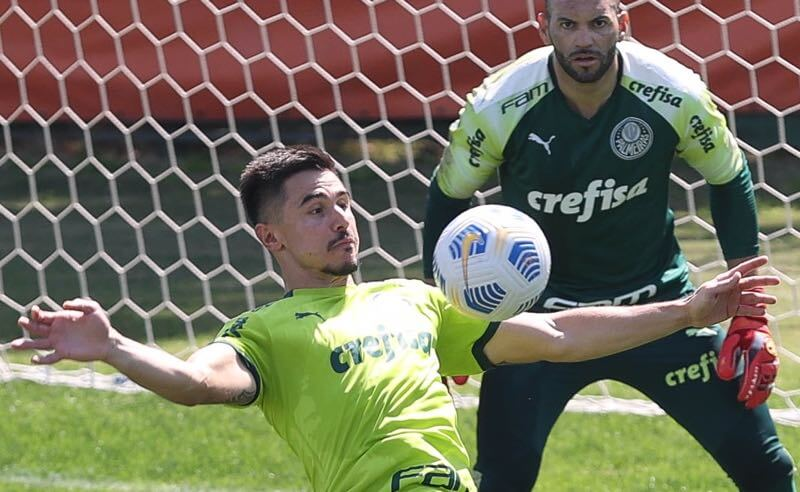 O atacante Willian e o goleiro Weverton no CT do Palmeiras